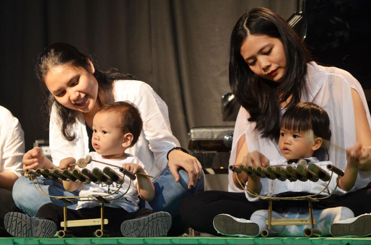 ibu dan bayi konser musik di jonim musik