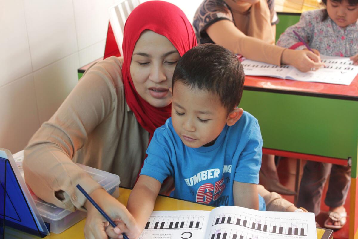 ibu dan anak belajar di kelas jonim musik