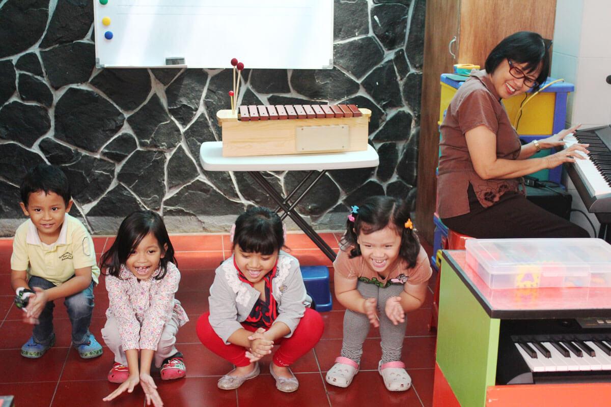 ibu goeti mengajar kelas musik kelompok anak jonim musik