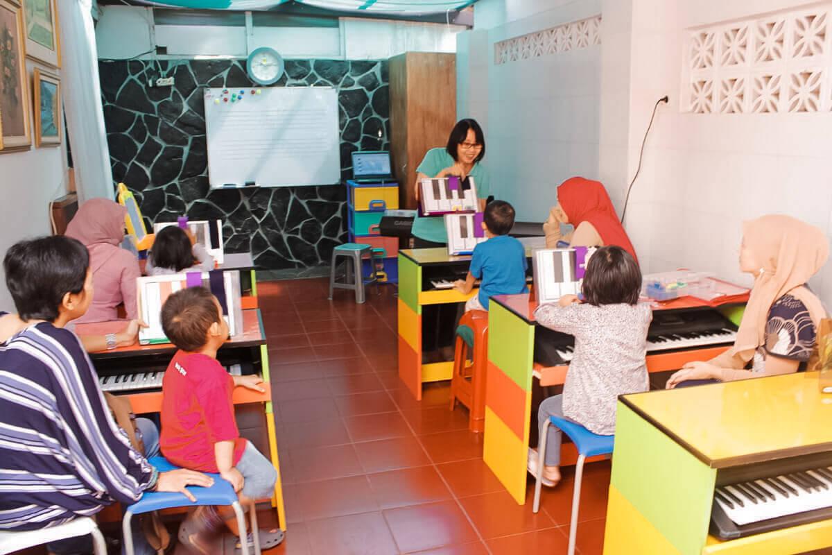 ibu goeti mengajar piano di kelas musik anak bandung