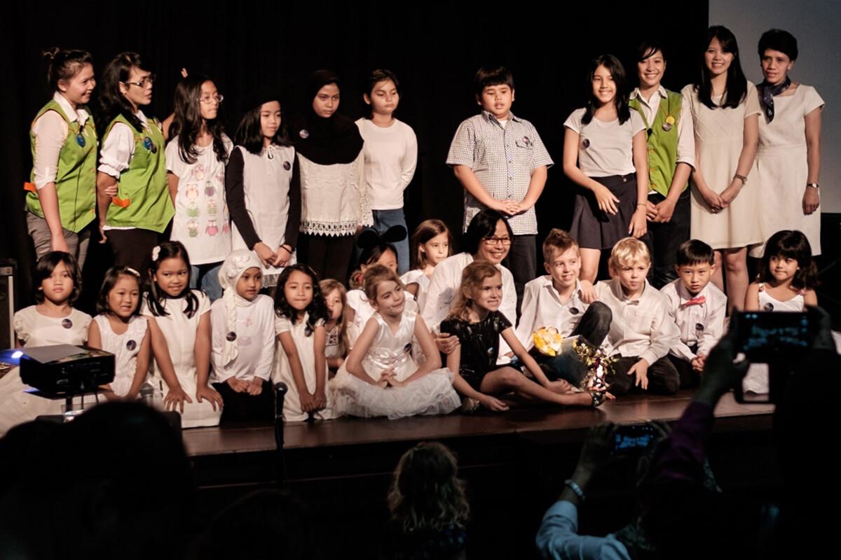 ibu goeti bersama murid-murid di konser perdana jonim musik di IFI Bandung