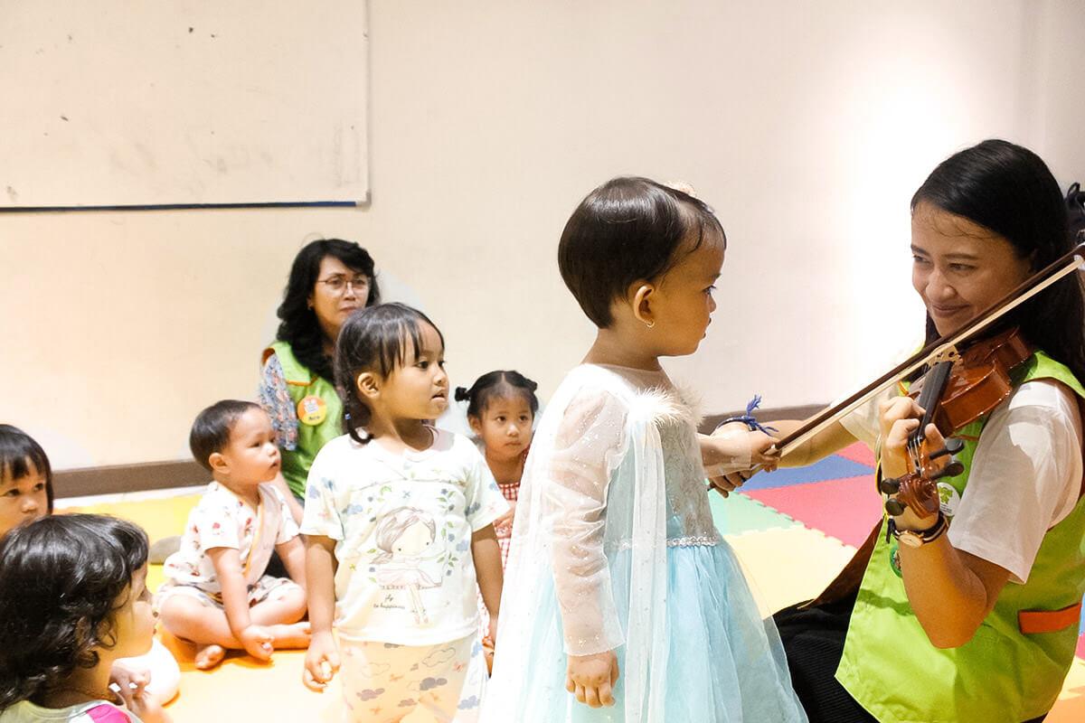 mengenalkan musik kepada bayi dan anak