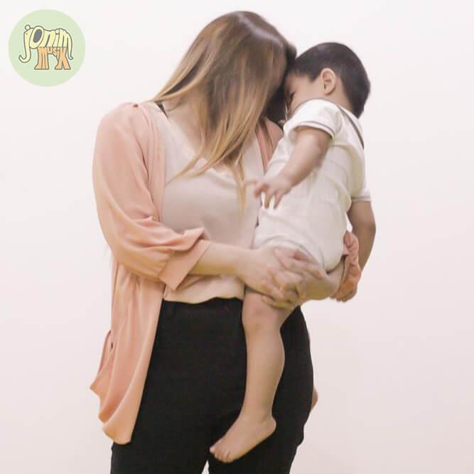foto anak digendong ibu di kelas jonim musik